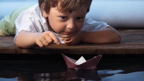 Mit Begeisterung Großes in kleinen Dingen sehen - eine Fähigkeit, die Kinder auszeichnet und Erwachsenen oft abgeht.