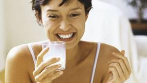 Diätpulver werden oft mit Milch angerührt und wirken allein dank ihrer stark reduzierten Kalorienmenge