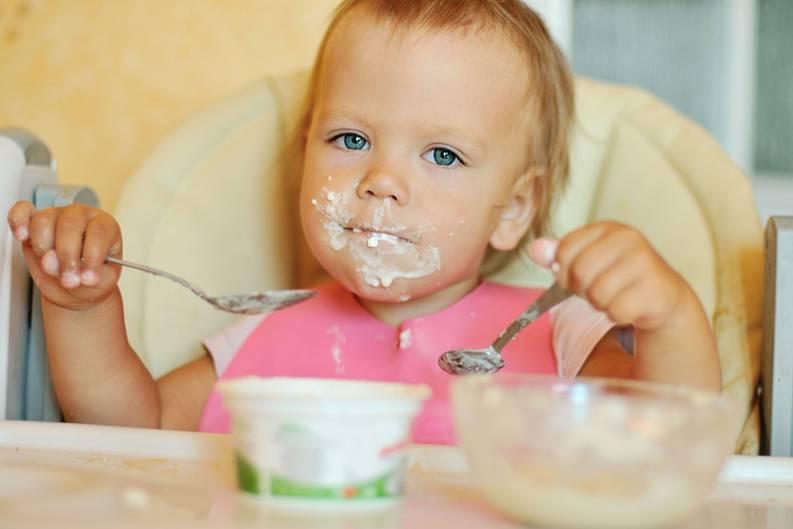 """Mythos 2: Bioprodukte für Kinder enthalten weniger Zucker  Die Packungen sind bunt und versprechen Vitamine und Vollkorngetreide. Doch in Wahrheit sind Frühstücksflocken für Kinder fast alle überzuckert, auch die von Bioanbietern. Die Verbraucherorganisation Foodwatch hat 26 Bioprodukte untersucht. Zwei Drittel hatten einen Zuckergehalt von 20 Prozent und mehr. Manche Flocken waren sogar zuckriger als Schokokekse. Das Unternehmen Dennree, Marktführer im Biobereich, gibt die Zuckermenge auf der Packung nicht einmal an. Gern verstecken Biohersteller auch den hohen Zuckergehalt ihrer Früchteriegel und Snacks hinter alternativen Süßmitteln wie Agavendicksaft, Glukosesirup oder Honig. Das klingt gesünder, macht aber für den Körper im Vergleich zu weißem Fabrikzucker keinen Unterschied. """"Auch Biohersteller versuchen, die erfolgreichen Produkte klassischer Markenhersteller zu kopieren, und fixen Kinder beispielsweise mit überzuckerten Frühstücksflocken an"""", sagt Andreas Winkler von Foodwatch. Die Folge: Vieles ist zu fett und süß."""