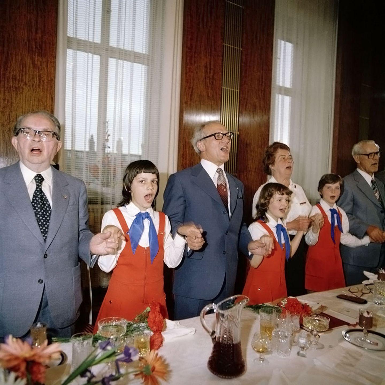 """Im Singen war er ganz groß: Erich Honecker (Mitte) bei einem Veteranentreffen 1979 in Ost-Berlin.  Die Ausstellung """"Alltag in der DDR"""" zeigt ab dem 7. November im Museum """"The Kennedys"""" mehr als 60 Fotografien von Thomas Billhardt."""