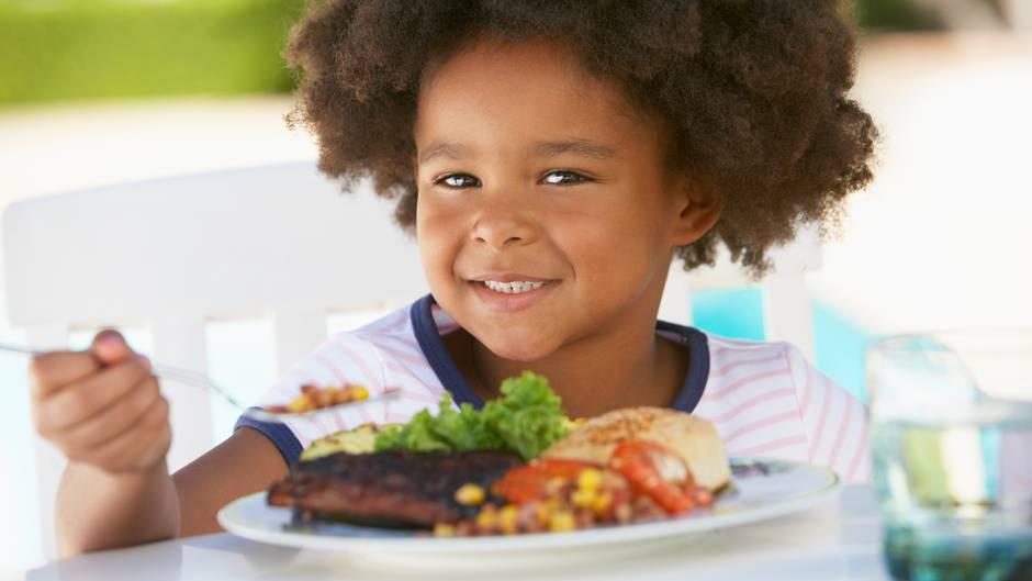 Sorgen Sie für eine entspannte Stimmung am Tisch und haben Sie Geduld, wenn Ihr Kind erst noch lernt, mit dem Besteck umzugehen. Loben Sie es! Das motiviert Ihr Kind mehr, als wenn Sie nur kritisieren