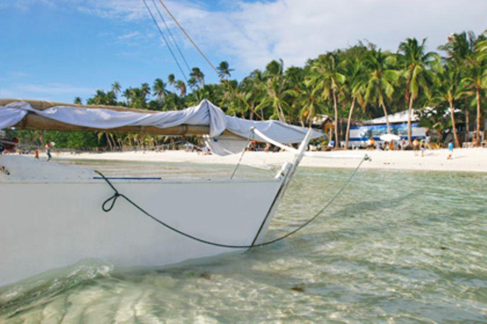 Die Philippinen verzaubern mit Traumstränden, wie die Insel Boracay, eines der bekanntesten Badeparadiese des Landes