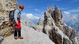 Westliche Zinne  Geschafft: Ausstieg über das Ringband im oberen Wandteil. Typisch für die Dolomiten sind diese Schuttbänder, die teilweise sehr schmal werden können. An der Westlichen Zinne führt dieses um den Berg herum zum Normalweg, dem Abstieg auf der Südseite.