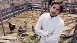 """1970 hatte der New Yorker Fotograf John Cohen die Gelegenheit, sehr persönliche Fotos von Bob Dylan machen zu dürfen, der damals als der größte lebende Musiker galt. Die Begegnung fand in Putnam Valley im Bundestaat New York statt. Und sie zeigen den Musiker als einfachen Mann vom Lande. Das entspricht auch seiner musikalischen Entwicklung. Dylan hatte sich 1966 aus der Rockwelt zurückgezogen und seine Fans 1969 mit der Country-Platte """"Nashville Skyline"""" überrascht - einer Musikrichtung die damals vielen als reaktionär galt, die aber Dylans einfaches Land- und Familienleben jener Jahre widerspiegelte.  John Cohen kannte Dylan bereits seit 1962, wo er ihn im New Yorker Stadtteil Greeenwich Village fotografierte."""