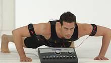 Sobald der Strom fließt, heißt es: Muskeln anspannen und dagegenhalten. Wer zusätzlich zur Elektrostimulation Übungen macht, trainiert besonders effektiv