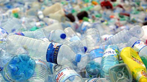 Der Plastikberg wächst, weil die Verbraucher lieber Einwegflaschen kaufen