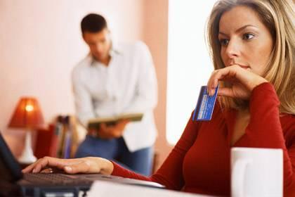 Anonymes Einkaufen ist im Netz fast unmöglich. Als Kunde ist man nicht nur gläsern, sondern wird oft auch noch Zielscheibe von aggressiver Werbung der besuchten Shop