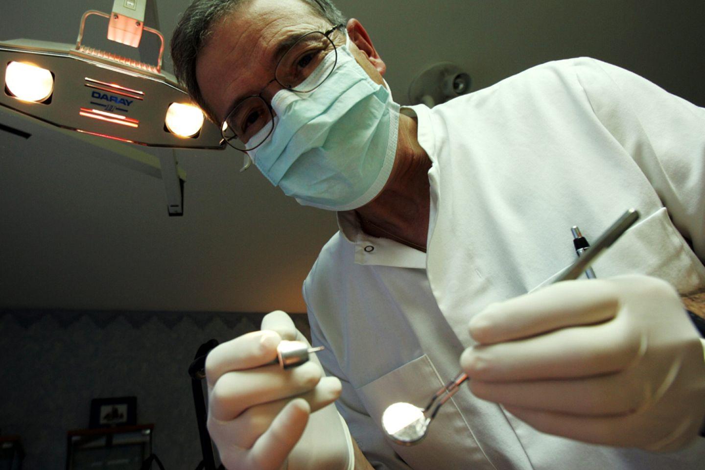 Viele Zahnarzt-Phobiker haben nicht nur Angst vor der schmerzaften Behandlung, sondern bereits vor der Untersuchung.