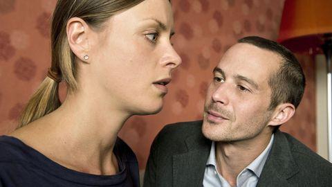 Beschwörend redet Roman Sasse (Barnaby Metschurat) auf seine Lebensgefährtin (Alma Leiberg) ein. Ihr gemeinsamer Sohn ist entführt worden.