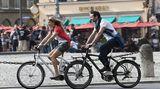 E-Bike - Flotter Flitzer  Beispiel  Marke: Kalkhoff  Typ: Sahel  Preis: ab 2000 Euro  E-Bikes liegen im Trend und das nicht nur bei Rentnern. Fahrräder mit einem Elektromotor sind schnell, elegant und fahren sich spaßig - wie mit permanentem Rückenwind. Kalorien kann man auch verbrennen: Der Motor wird auf Knopfdruck zugeschaltet, strampeln muss man trotzdem. Ohne Antritt keine Motorleistung, das E-Bike oder auch Pedelec genannt ist kein Mofa.  Ideal ist so ein E-Bike zum Beispiel für Radfahrer in bergigen und hügeligen Regionen. Mit dem Motor schnurrt das Rad auch nach einem anstrengenden Arbeitstag samt Einkauf mühelos bergauf. Vielfahrer auf dem Weg zur Arbeit kommen ohne Schweißränder unter dem Jackett im Büro an, und ältere Menschen können auf Familientouren mit dem Schwiegersohn mithalten. Inzwischen gibt es Elektroräder in allen gängigen Bauformen. Das abgebildete Kalkhoff Sahel basiert auf einem kompakten Cityrahmen mit 26er Bereifung. Abhängig von Akkuleistung und der Bereitschaft mit zu radeln ermöglicht es eine Reichweite von bis 180 Kilometern.  Plus: Deutlicher Zuwachs an Tempo und reichweite   Minus: Teurer und wartungsintensiver als ein Muskelrad  Tipp:  Bei einem E-Bike ist ein guter Service noch wichtiger als beim einem normalen Rad. Vorsicht vor Billigangeboten. Wer sparen will, sollte nach einem Markenmodell aus der letzten Saison Ausschau halten.