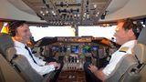 Beste Stimmung in 11.300 Metern Höhe über dem Nordatlantik: Auch die Piloten genießen den Ausnahmeflug. Links Flugbetriebsleiter Uwe Strohdeicher und rechts Elmar Boje, der 747-Flottenchef von Lufthansa.