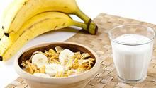 Bananen und Milch liefern zum Beispiel wertvolle B-Vitamine