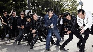 Die japanischen Rockabillys haben sich herausgeputzt wie ihre US-amerikanischen Vorbilder aus den 50er Jahren. Damals entstand zunächst die Musik, als weiße Musiker Rhythm & Blues und Country-Musik vermischten.
