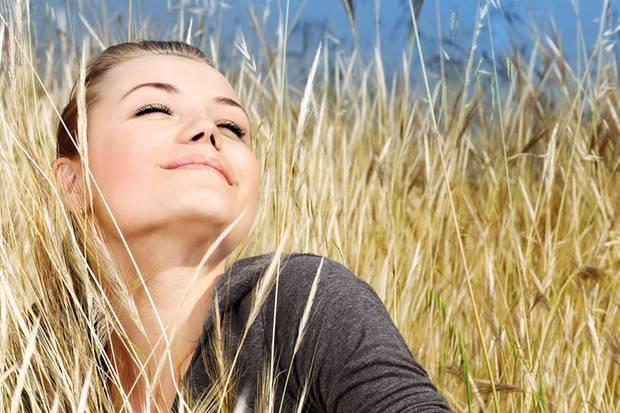 Sich von der Sonne die Nase kitzeln lassen - das funktioniert auch an manchen Herbsttagen. Und wenn es so richtig lange grau und trüb werden sollte, helfen unsere Tipps.