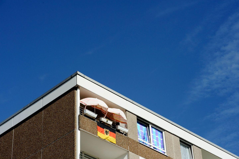 Leider wird dieses Wohnhaus durch die Beflaggung auch nicht schöner.  Mehr von der Fotografin auf Die Lichtung