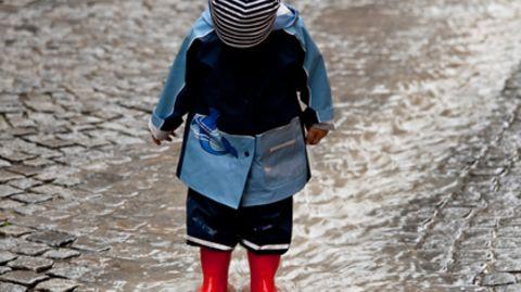 Wetterfeste Markenkleidung enthält Greenpeace zufolge Schadstoffe. Auch Kinderkleidung ist belastet.