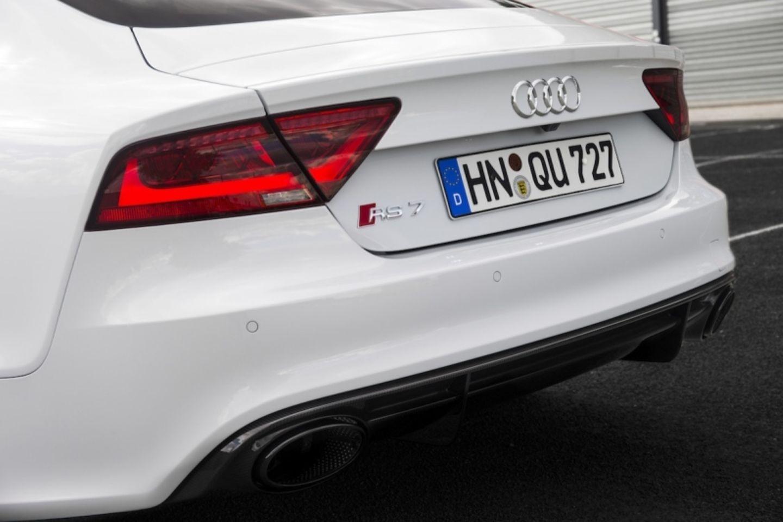 Dafür gibt es auch einige kleine Unterschiede zum RS 6 Avant: Bei gleichem Radstand 2,92 Metern hat der RS 7 Sportback kürzere Überhänge, eine etwa um drei Zentimeter breitere Spur und ist um 15 Kilogramm leichter.