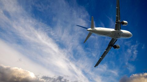 Piloten, Flugbegleiter und Vielflieger sind einer neuen Studien-Analyse zufolge einem erhöhten Hautkrebs-Risiko ausgesetzt.