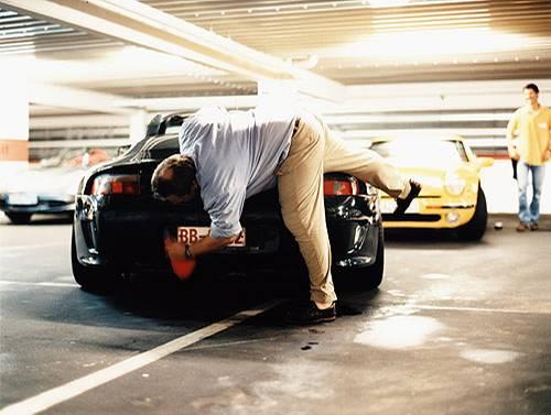 Mit dem Einsatz des ganzen Körpers veredeln die Teilnehmer des Pflegeseminars ihre Fahrzeuge.
