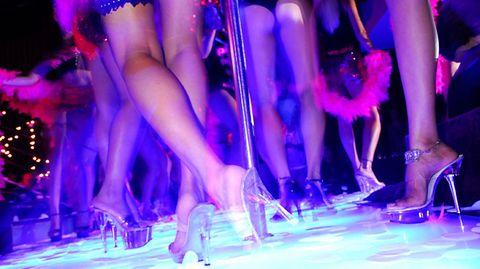 """Ausziehen für Profis  Zeigt her eure Beine: Das professionnelle Posieren und Strippen will gelernt sein. In Hamburg lernen Hausfrauen in einer Striptease-Schule, wie man sich aufreizend auszieht - zehn Doppelstunden für 198 Mark. Dafür lernen die Damen hier die Choreografie der Verführung: """"Lenken sie mit den Händen die Aufmerksamkeit ihres Zuschauers auf das Kleidungsstück, das ausgezogen werden soll. Dann lassen sie es - als erstes die Bluse - im richtigen Tempo fallen"""""""
