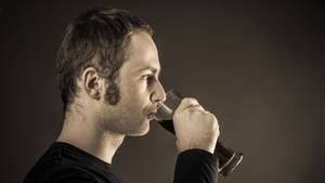 Sind Männer depressiv, greifen sie häufig zum Alkohol