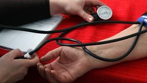 Der Arzt wird auch Ihren Blutdruck prüfen, um festzustellen, an was Sie leiden