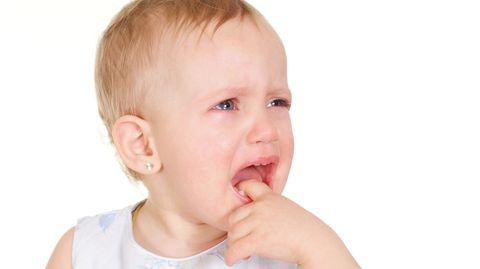 Ist Ihr Kind quengelig oder zieht es sich zurück? Vielleicht tut ihm der Kopf weh