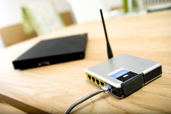 """""""Das funktioniert ganz ohne Kabel""""    Kabellose Gadgets versprechen die totale Freiheit vom Kabelsalat, doch wenn man die Packung seines neuen Wi-Fi-Wasauchimmer öffnet, fallen einem üblicherweise mindestens Lade-, USB- und Verbindungskabel entgegen. Und das soll dann kabellos sein? In den Ankündigungen der Hersteller sollte drahtlos ab sofort """"Überhaupt keine Kabel"""" bedeuten und nicht """"Ein paar werden schon nicht schaden"""""""