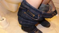 Zwei Jahre lang saß eine 35-Jährige angeblich auf einer Toilette