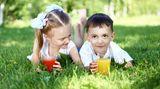 Verdünnen Sie gezuckerte Getränke und süße Säfte immer mit Mineralwasser. Je nachdem, wie alt Ihr Kind ist, sollte es einen bis anderthalb Liter Flüssigkeit, am besten Wasser, Früchte- oder Kräutertee oder Fruchtsaftschorlen (ein Teil Saft, drei Teile Wasser) pro Tag trinken. Noch besser ist es, wenn ihr Kind möglichst gar keine Kalorien über Getränke zu sich nimmt, also zuckerhaltige Getränke ganz meidet.