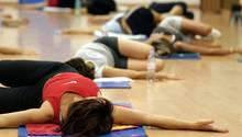 Leichte Gymnastikübungen durchbluten und entkrampfen verspannte Muskeln