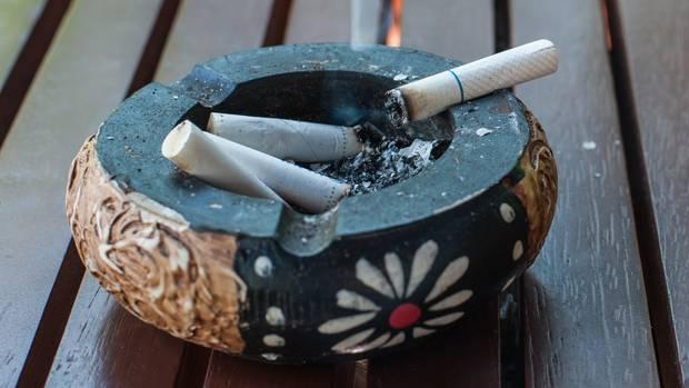 Der Griff ins Zigarettenregal: Krankenversicherer verdienen mit