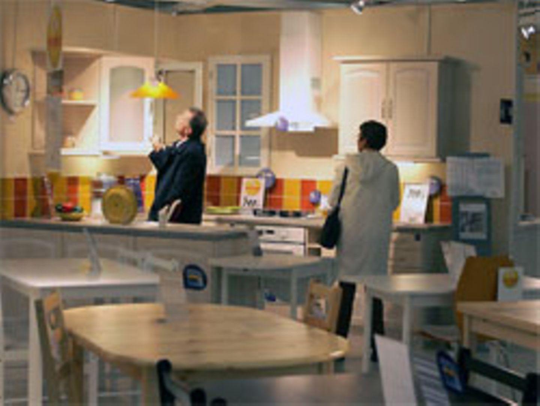 Kunden in einem Möbelhaus: Bei manchen Angeboten sollten sie besser genau hinschauen