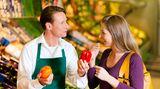 Ob beim Einkauf auf dem Markt, in Restaurants, Cafés oder wenn Sie bei Freunden zu Gast sind: Bei unverpackten oder zubereiteten Lebensmitteln sollten Sie fragen, ob möglicherweise Ihr Allergen darin enthalten ist