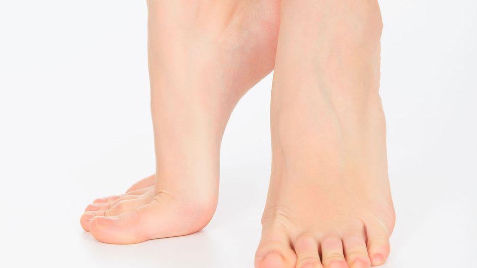 Laufen auf Zehenspitzen: Das klappt nicht, wenn ein Bandscheibenvorfall Sie quält