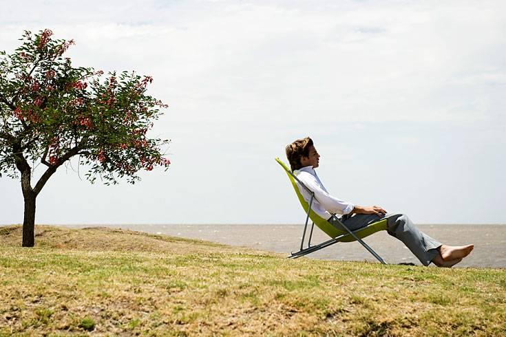 Machen Sie regelmäßige, kurze Pausen, mindestens alle vier Stunden. Bei einem normalen Arbeitstag sollten Sie sich diese kleinen Auszeiten zwischen 9 und 10 Uhr, 12 und 14 Uhr, 16 und 18 Uhr gönnen. Das nimmt nicht nur den Stress, Sie können dann auch mehr leisten: Menschen funktionieren rhythmisch, das heißt, wir brauchen den Wechsel zwischen Konzentration und Entspannung, um auf Dauer effektiv arbeiten zu können