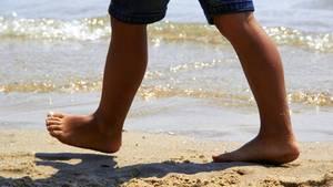 Sitzen die lästigen Gewächse an den Füßen, fällt das Laufen schwer