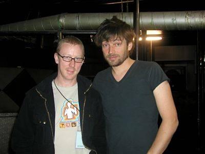 """Drummer Dave Rowntree (l.) und Bassist Alex James (r.) in den Gewölben unter der Bühne der """"Großen Freiheit"""" in Hamburg"""