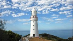160 Jahre alt ist dieser Leuchtturm am Kap Otway. Er sollte die im Nebel herumirrenden Seefahrer vor den gefährlichen Felsriffen warnen. Trotz des Leuchtfeuers sanken noch viele Segelschiffe vor dieser zerklüfteten Steilküste