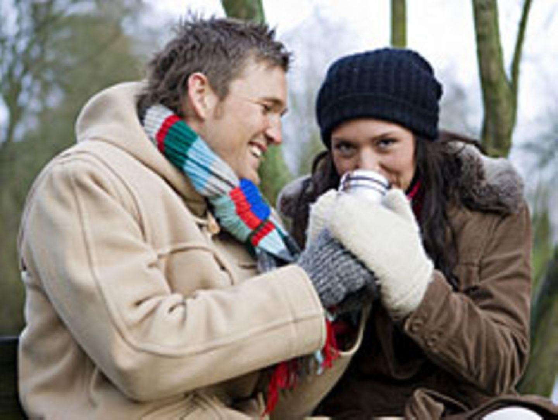 Ein heißer Kaffee in der Hand hat Auswirkungen auf die Psyche: Man wird großzügiger