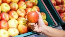 Äpfel auf einem Marktstand