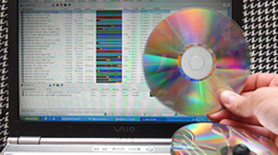 Es ist verlockend: Im Internet liegen Texte und Musik einfach so rum - doch das Kopieren der Daten kann teuer werden