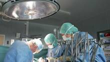Ärzte bei einer Operation. Laut der Schlichtungsstelle der Norddeutschen Ärztekammern passieren die meisten Kunstfehler bei einer OP