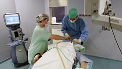 Intensivversorgung in einem OP-Saal: Die Arbeit der Krankenhausmitarbeiter hat sich wegen des Mangels an Personal enorm verdichtet
