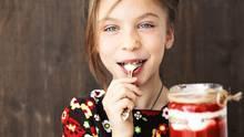 Mädchen mit einem Glas Müsli in der Hand