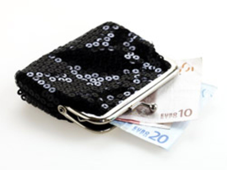 Für 350.00 Euro muss eine alte Frau lange stricken