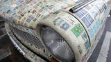 Ein Trabant 601, der im ehemaligen Ostdeutschen VEB Sachsenring Autowerke Zwickau produziert wurde, ist mit Tausenden Briefmarken aus aller Herren Länder bedeckt, während es in einer Berlin Straße geparkt steht. Stempelhändler Scharam Farahbakhsh verzierte sein Auto mit einem Freund mit mehr als 3.000 Briefmarken