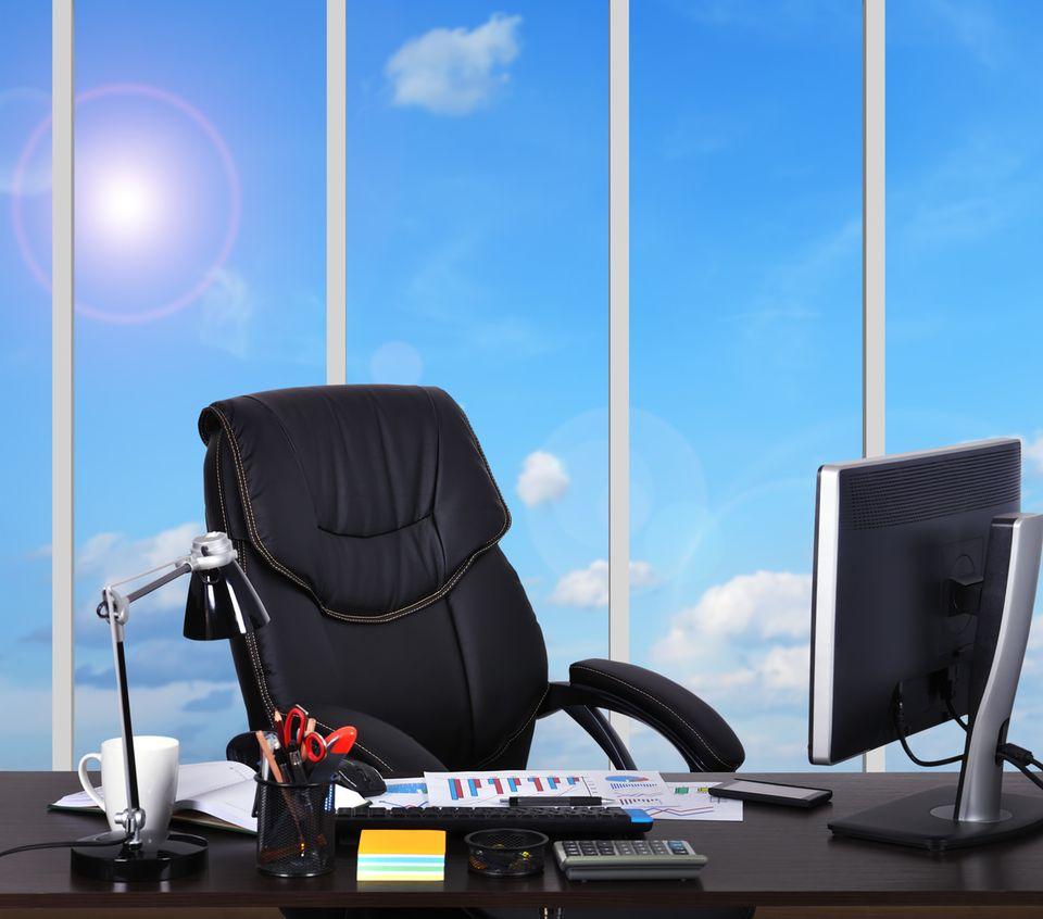 Gönnen Sie Ihrem Rücken Spielraum! Von Natur aus verharrt kein Mensch freiwillig stundenlang in derselben Haltung. Legen Sie sich einen höhenverstellbaren Bürostuhl zu. Achten Sie darauf, dass die Rückenlehne nicht fest sitzt, sondern sich flexibel Ihren Bewegungen anpasst