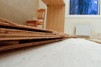 Parkett- und Laminatböden können teuer werden: Ist die Lärmbelastung durch Schritte für die Nachbarn zu groß, kann ein Rückbau verlangt werden