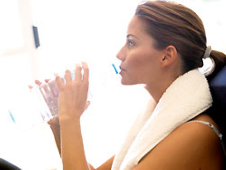 Viele Sportler greifen zu Fitnessgetränken, um ihre Energiereserven aufzufüllen